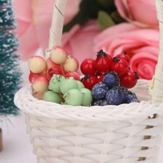 ягодки лесные в корзинке